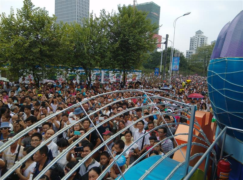 The crowds of Chinese enjoying the festival